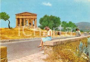 1970 AGRIGENTO Ragazza legge guida al Tempio della Concordia *Cartolina FG VG