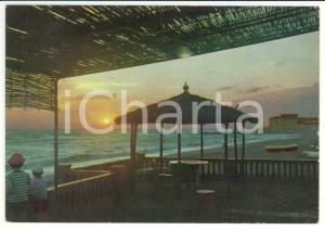1970 ca CECINA (LI) Bambini al tramonto sulla spiaggia *Cartolina VINTAGE FG VG