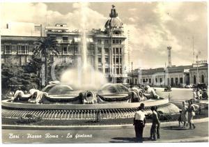 1959 BARI Sede GAZZETTA DEL MEZZOGIORNO fontana Piazza ROMA Cartolina ANIMATA FG