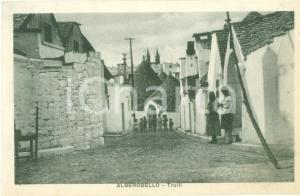 1935 ca ALBEROBELLO (BA) Donne anziane e bambini vicino ai trulli *Cartolina FP