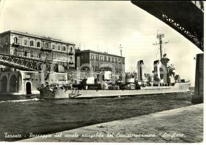 1955 TARANTO Passaggio dal canale navigabile del CACCIATORPEDINIERE ARTIGLIERE
