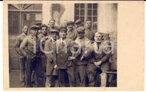 1915 ca AREA LOMBARDA (?) Gruppo di operai posa in cortile *Foto FP NV