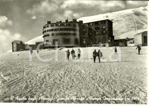 1957 CAMPO IMPERATORE (AQ) Veduta con GRANDE ALBERGO e sciatori *Cartolina FG VG