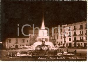 1950 SULMONA (AQ) Veduta piazza GARIBALDI con fontana luminosa *Cartolina FG VG