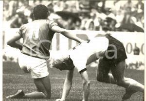 1970 ca CALCIO MILAN-CAGLIARI Gigi RIVA aiuta Karl-Heinz SCHNELLINGER *Foto