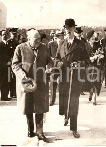 1948 OSLO (NORVEGIA) Winston CHURCHILL con Re HAAKON all'aeroporto FORNEBU *Foto