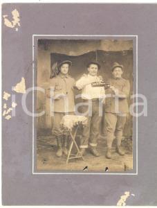 1915 ca FOGLIZZO (TO) Curioso brindisi tra alpino e bersagliere *Foto VALLERO