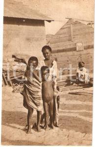 1930 ca ERITREA A.O.I. Ragazzini indigeni con casa in costruzione *Cartolina FG