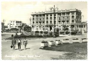 1956 CESENATICO (FC) Turiste Piazzale Grande Albergo *Cartolina postale FG VG