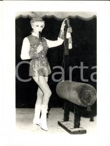 1960 ca EROTICA VINTAGE Showgirl con lecca-lecca e attrezzatura circense