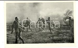 1940 ca WW2 Die WEHRMACHT Schutzen gehen im kunstlichen Nebel vor *Postcard