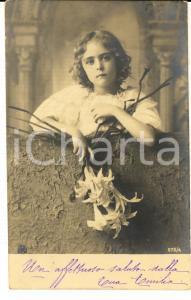 1902 INFANZIA Bambina con i gigli della purezza *Cartolina VINTAGE FP VG