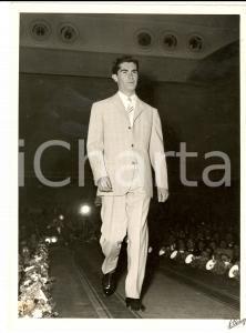 1959 TORINO Modello sfila con completo chiaro *Foto BERTAZZINI MODA UOMO