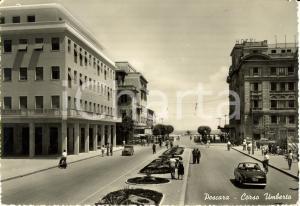 1953 PESCARA Veduta di corso UMBERTO con automobili e passanti *Cartolina FG VG