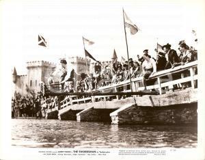 1948 THE SWORDSMAN Larry PARKS cattura capra su ponte sospeso *Foto di scena