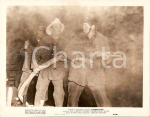 1949 FLAMING FURY Pompieri con lancia spengono incendio *Foto di scena