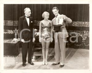 1945 ca CINEMA Prestigiatore estrae coniglio dal cilindro Soubrette *Foto