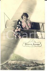 1911 BONNE ANNEE Donna pilota con mazzo di fiori *Cartolina VINTAGE FP NV