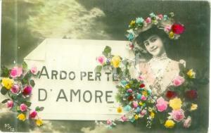 1908 INNAMORATI Ragazza con fiori Ardo per te d'amore Cartolina FP VG