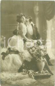 1915 INNAMORATI Il nobile e la ninfetta sulla pelle d'orso *Cartolina FP VG