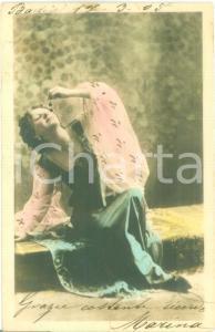 1905 INNAMORATI Ragazza con foulard mangia l'uva *Cartolina FP VG