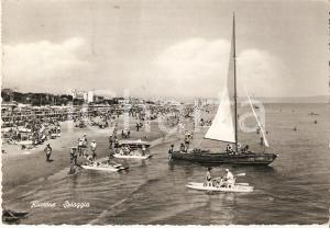 1960 ca RICCIONE (RN) Barca a vela e pattini su spiaggia ANIMATA Cartolina FG VG