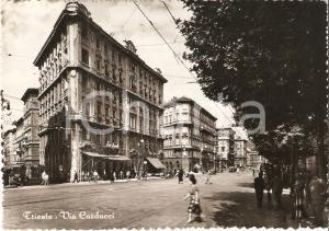1955 TRIESTE Passanti in Via Carducci *Cartolina FG VG