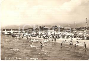 1959 FORTE DEI MARMI (LU) Uomo mette canoa in mare *Cartolina FG VG
