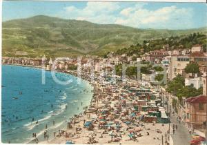1962 ALASSIO (SV) Panorama della spiaggia colma di bagnanti *Cartolina FG VG