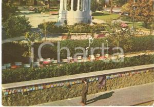 1965 ALASSIO (SV) Turista guarda le piastrelle del Muretto *Cartolina FG VG