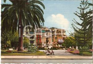 1965 ca ALASSIO (SV) Relax sulle panchine davanti al Caffè ROMA *Cartolina FG VG