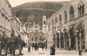 1900 ca RAGUSA Passanti davanai a Palazzo della Cancelleria *Cartolina FP VG