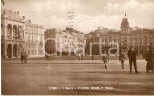 1930 TRIESTE Passanti in Piazza Unità d'Italia *Cartolina FP VG