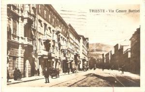 1922 TRIESTE Passanti e negozio MAXIM in Via Cesare Battisti *Cartolina FP VG