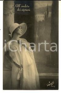 1924 AMORE Donna in posa romantica - All'ombra dei cipressi *Cartolina VINTAGE