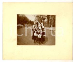 1930 ca AREA LOMBARDA Bambine con ricco abito e borsa in pelliccia *Foto CURIOSA