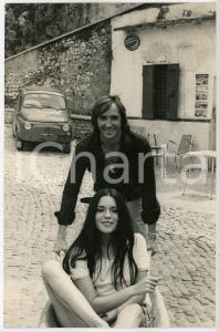 1970 ca CINEMA Coppia di attori scherza in un bar della periferia *Foto 20x30 cm