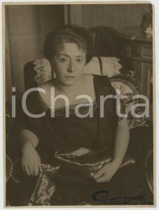 1940 ca MILANO (?) Ritratto di donna in poltrona *Foto Gustavo LARETTI 18x24