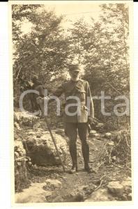 1918 WW1 ZONA DI GUERRA Ufficiale sanitario su un sentiero di montagna *Foto