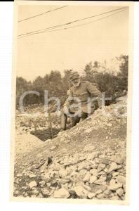 1918 WW1 ZONA DI GUERRA Ufficiale sanitario vicino a una trincea *Foto 10x15