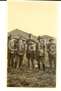 1918 WW1 ZONA DI GUERRA Ufficiali ARTIGLIERIA DA MONTAGNA in un villaggio *Foto