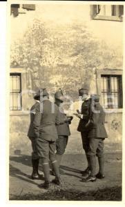 1918 WW1 ZONA DI GUERRA Gruppo di alpini sull'aia di una cascina *Foto 10x15 cm