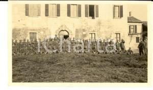 1918 WW1 ZONA DI GUERRA Battaglione di alpini presso una dimora rurale *Foto