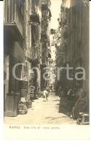 1900 ca NAPOLI Una via al basso porto *Cartolina postale ANIMATA FP NV