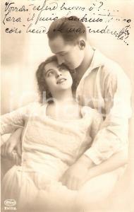 1920 ca INNAMORATI Abbraccio tra fidanzati vestiti di bianco *Cartolina FP NV