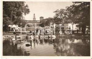 1933 V TRIENNALE MILANO Famiglie ammirano i cigni di PARCO SEMPIONE Cartolina FP