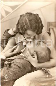 1932 INNAMORATI Ragazzo si fa coccolare dalla fidanzata *Cartolina FP VG