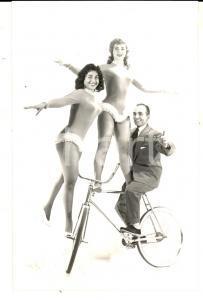 1955 ca PARIS CIRCO Acrobata con due ballerine *Foto seriale VINTAGE 9x14