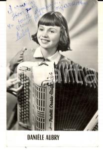 1960 PARIS Ritratto Danièle AUBRY alla fisarmonica *Foto seriale AUTOGRAFO 9x14