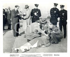 1956 THE SLEEPING CITY Movie Fritz LANG Reporters and detectives on crime scene